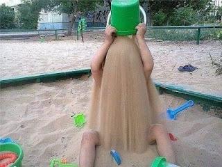 Niño se tira por la cabeza cubo de arena de playa