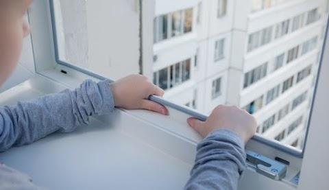 Vádat emeltek az ablakból az utcára zuhanó kisfiú édesanyja ellen