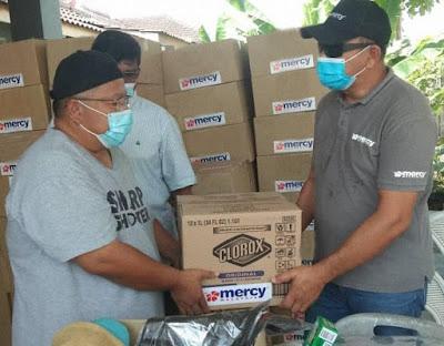 wakil dari MERCY Malaysia menyerahkan kit kebersihan dari Clorox kepada Ahmad Raepi Bin Haji Jalil dari Pertubuhan Kebajikan Dan Kesejahteraan Komuniti Kulai #PEDULIKULAI untuk kegunaan mangsa banjir
