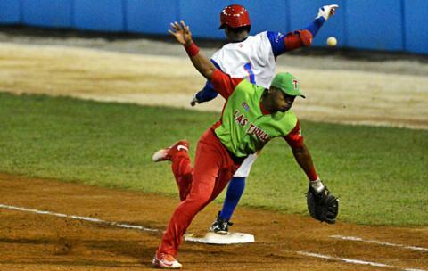 Desde ya, la cantidad de errores (6 entre ambos conjuntos), y el descontrol de los lanzadores (7 bases por bolas por cada equipo), comienzan a aflorar las dudas y las preocupaciones en los aficionados