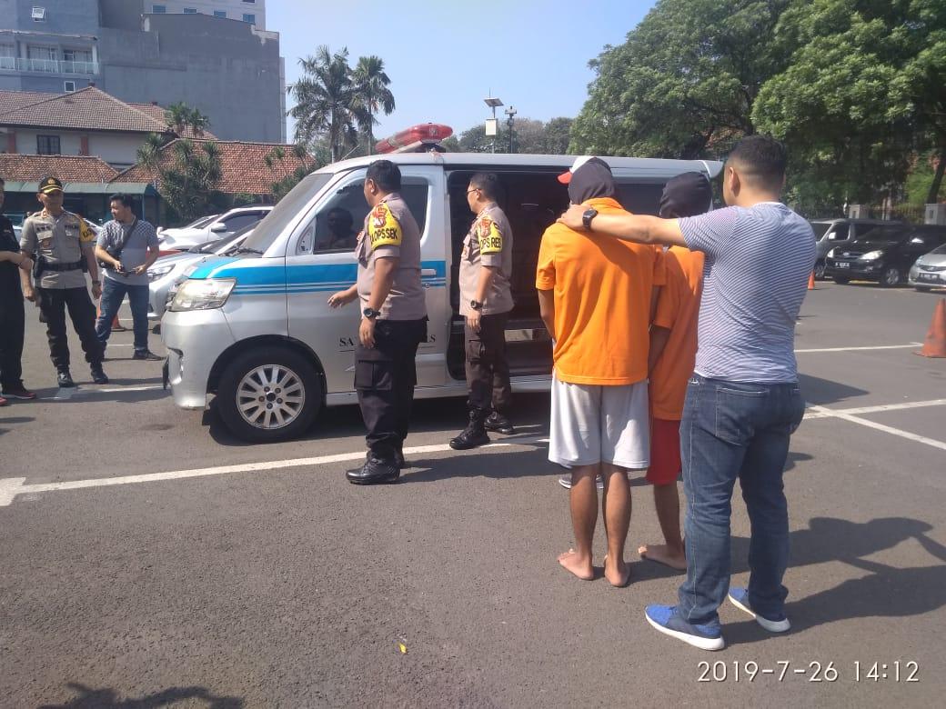 Tawuran Remaja Gunakan Ambulans, Dua Pelaku Dibekuk Polisi