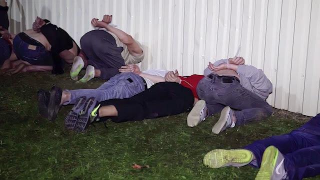 «Люди лежали живым ковром в лужах крови». Жуткий репортаж о том, как избивают задержанных в тюрьмах прямо сейчас