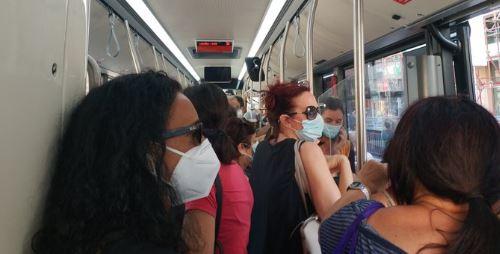 Autobus affollati, posti a sedere vuoti ma tutti in piedi senza distanza
