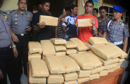 "Modusnya: ""Sofa Mahal Hati-hati"" Polisi Amankan Ganja 336 Kilo dalam Sofa"