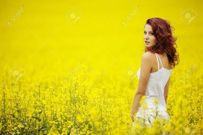 Όμορφη γυναίκα σε κίτρινο λιβάδι. Ακολουθεί το κείμενο: Αφού το συναίσθημα έρχεται πρώτο αυτός που προσέχει έστω και λίγο τη σύνταξη των πραγμάτων απόλυτα ποτέ του δεν θα σε φιλήσει' Απόλυτα να 'μαι τρελός τώρα που η Άνοιξη είναι εδώ το αίμα μου αποδέχεται, και τα φιλιά είναι καλύτερη μοίρα απ' τη σοφία στ' ορκίζομαι κυρία σε όλα τα λουλούδια. Μην κλαις Η καλύτερη χειρονομία του μυαλού μου αξίζει λιγότερο απ' το πετάρισμα των βλεφάρων σου που λέει είμαστε ο ένας για τον άλλο: ύστερα γέλασε, γέρνοντας στα χέρια μου γιατί η ζωή δεν είναι παράγραφος κι ο θάνατος νομίζω δεν είναι παρένθεση