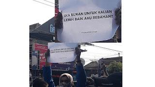 Tulisan Kocak Waktu Demo Mahasiswa di Depan Gedung DPR 6