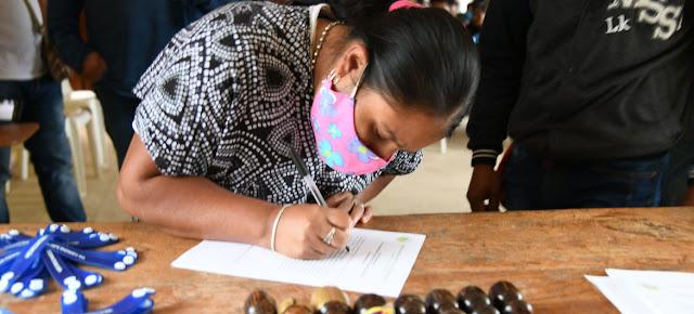 """Entrega de """"brazaletes de reconcilación"""" a una comunidad indígena en Colombia, como parte del proceso de paz.Misión de la ONU en Colombia/Nadya González"""