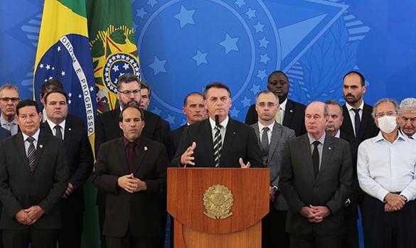 Bolsonaro em pronunciamento, na companhia de ministros e deputados – Foto: Marcello Casal/Agência Brasil