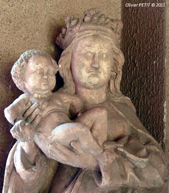 METZ (57) - Le cloître des Récollets -Vierge à l'Enfant
