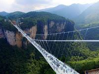 China Resmikan Jembatan Kaca Terpanjang di Dunia