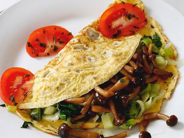 Omlet z grzybami shimeji i pok-choi - Czytaj więcej »