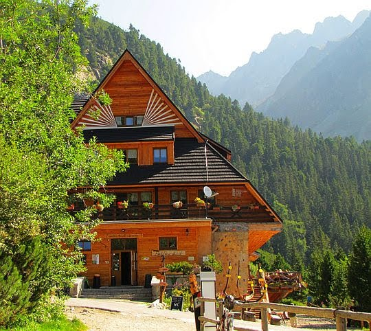 Górski Hotel Popradzki Staw (słow. Horsky Hotel Popradske pleso).