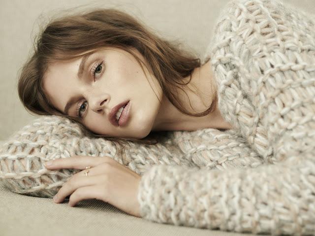 Девушка в свитере с грубой текстурой