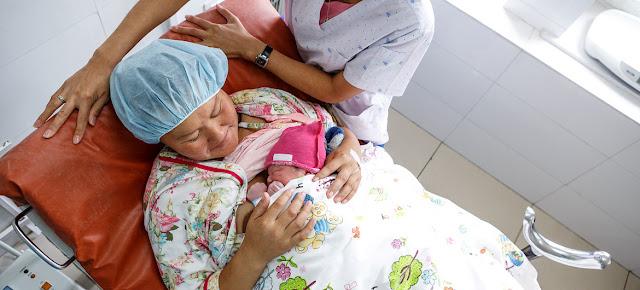 Una mujer y su bebé recién nacido en el Centro Nacional de Salud para Mujeres y Niños de Ulaanbaatar, Mongolia.UNICEF/Jan Zammit