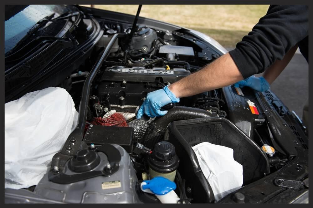 Proses Mencuci Ruang Mesin Mobil