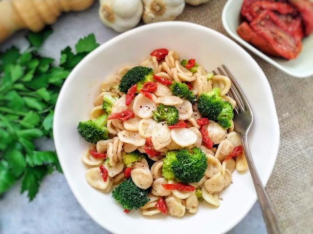 Makaron orecchiette z brokułami, suszonymi pomidorami i tuńczykiem (Orecchiette con broccoli, pomodori secchi e tonno)