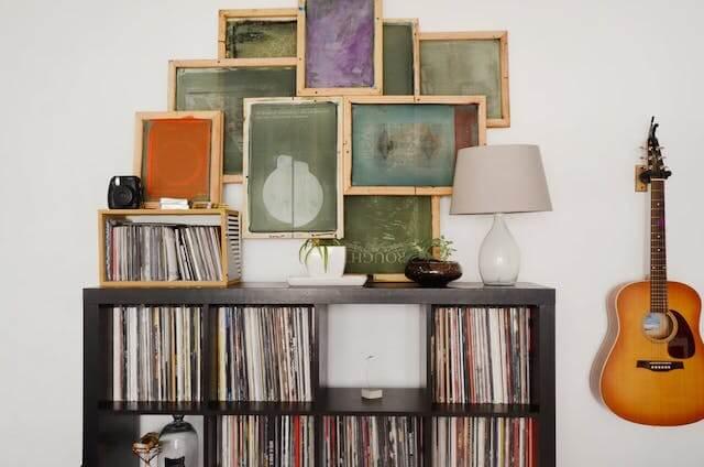 estantería libros, discos, guitarra
