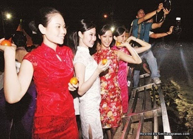 Sambutan Chap Goh Meh, Tradisi Hari Kekasih Kaum Cina