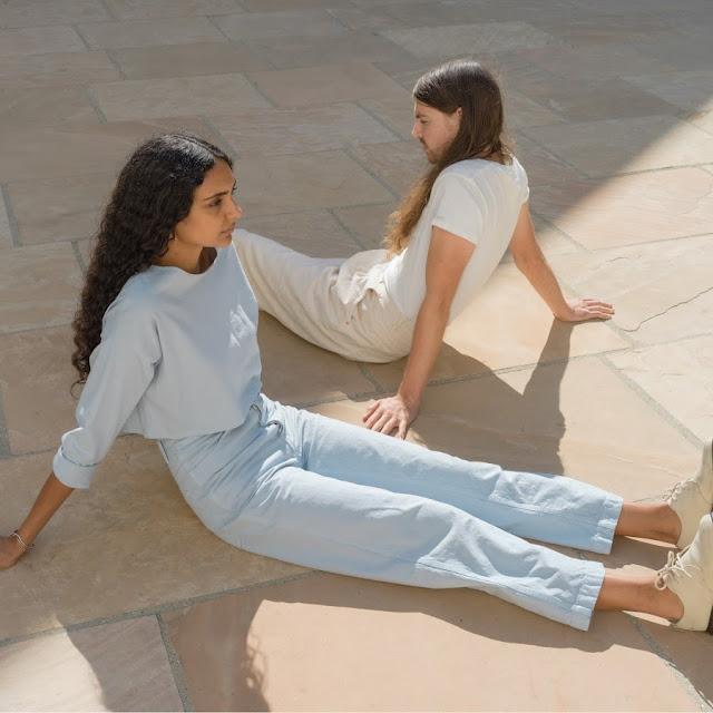Le duo, formé par Shahana et Tejas accompagne cette sortie très conceptuelle par un univers très zen