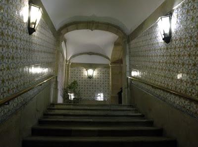 escadas com paredes de azulejos