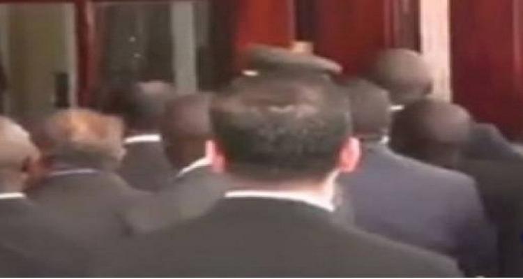 شاهد.. فيديو يكشف سبب الاشتباكات بين حرس السيسي و موسيفيني