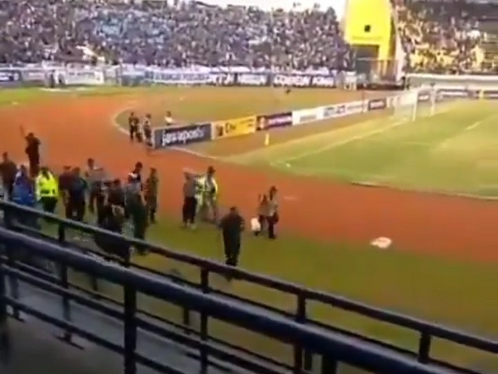 "Orang-Orang Teriak ""Prabowo..Prabowo"" Saat Ridwan Kamil Masuk Stadion"
