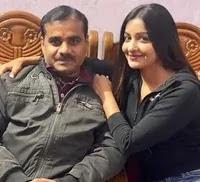 छवि पांडे अपने पिता के साथ
