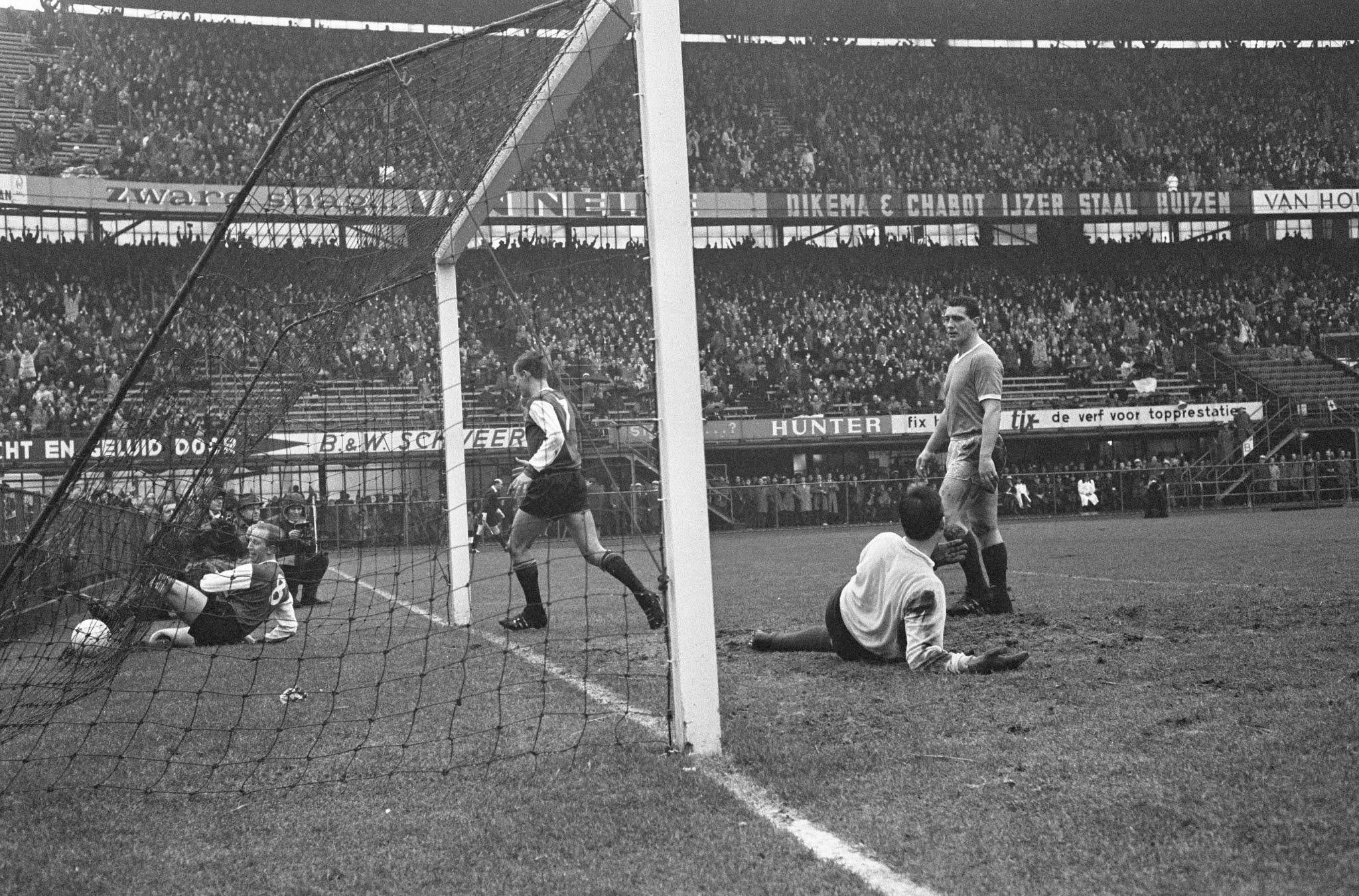 Henk Groot (Feyenoord) is met bal en al in het doel beland. Verder: Hans Venneker, Cor van der Hart en Piet Vogels.