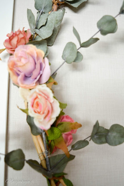 olohuone, pastelli sisustus kranssi kynttilä kukat pioni