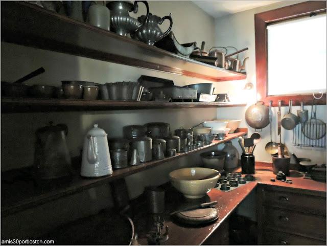 Despensa con Cacharros de Cocina de la Mansión Ropes de Salem