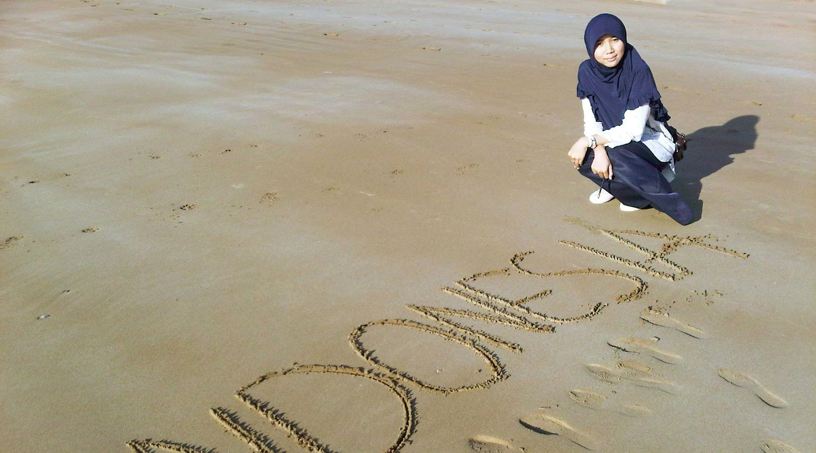 cewek cantik dan manis tinggi seksi di pantai hijab
