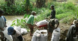 Atasi Tanggul Yang Jebol, TNI dan Masyarakat Laksanakan Gotong Royong
