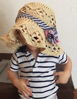 garçon caché sous un chapeau