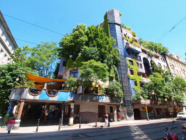岩と融合した建築?自然と融合してしまった建築たち8選 木々と融合した建築