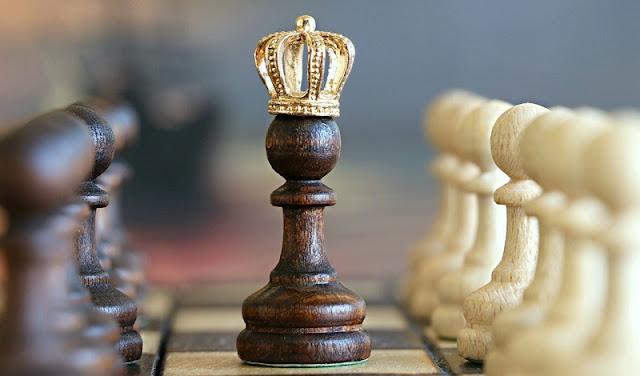 raja hitam yang dikelilingi bidak-bidak catur