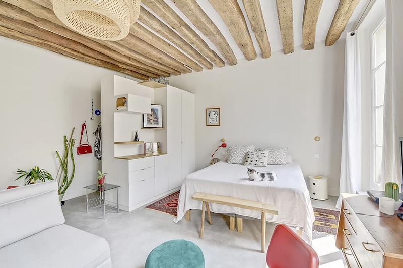 Dormitorio en el mismo espacio que el hall separados por un mueble a medida que no llega al techo.