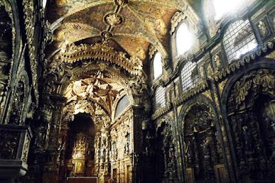 teto e paredes em talha dourada de uma igreja