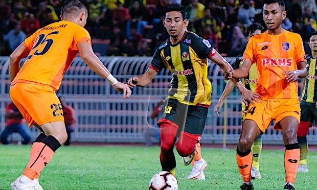 PEMAIN Kedah, Mohd. Amirul Hisyam Awang Kechik (tengah) dikawal pemain PKNS FC dalam perlawanan Piala FA di Stadium Darul Aman di sini, hari ini. - UTUSAN/FARIZ RUSADIO