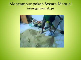 mencampur dengan menggunakan Sekop
