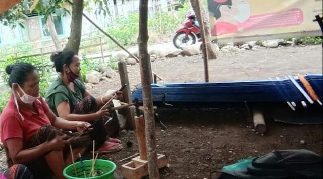 Kelompok Wanita Mandiri Kolikapa Menopang Ekonomi Keluarga dengan Menenun