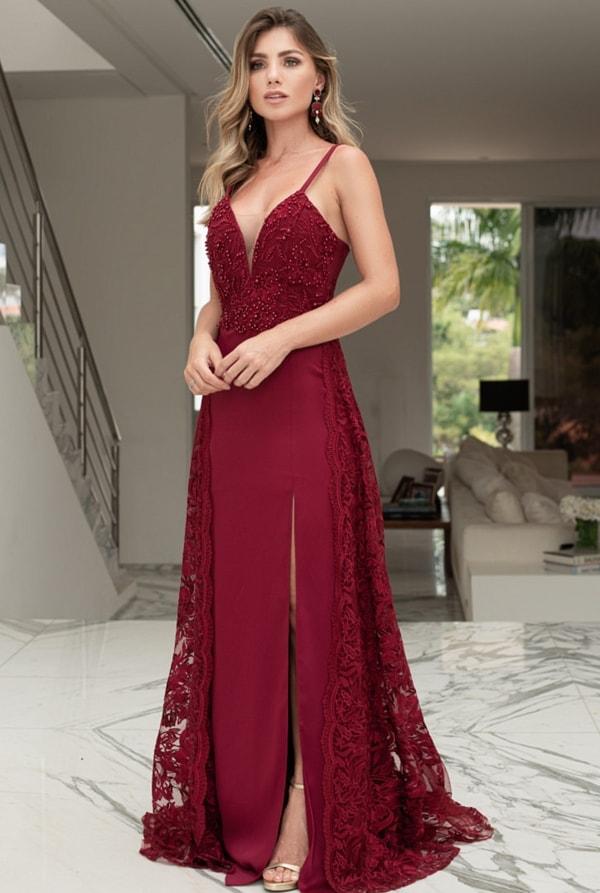 vestido longo marsala com aplicação de renda e pérolas bordadas