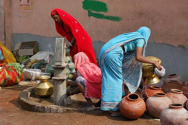Mujeres con saris en busca de agua