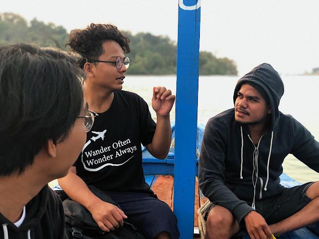 dari kiri ke kanan, kicay, saya, dan yoman sedang asik ngobrol di atas perahu untuk traveling ke pulau merak besar.