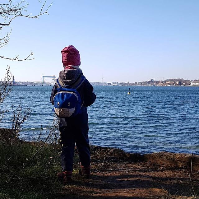 Küsten-Spaziergänge rund um Kiel, Teil 2: Der Ölberg in Mönkeberg. Das Spazierengehen auf dem Uferweg hat uns als Familie viel Spaß gemacht.