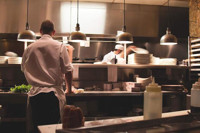 Profesjonalne wyposażenie kuchni w restauracji