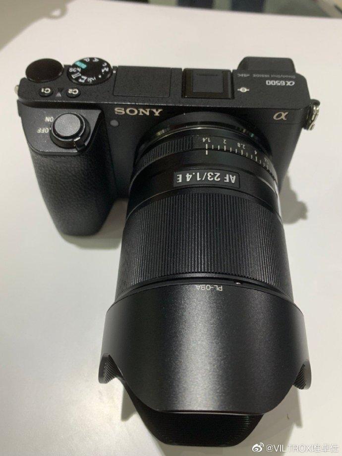 Объектив Viltrox AF 23mm f/1.4 E с камерой Sony A6500