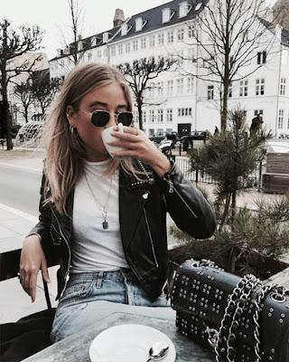 pose tomando cafe