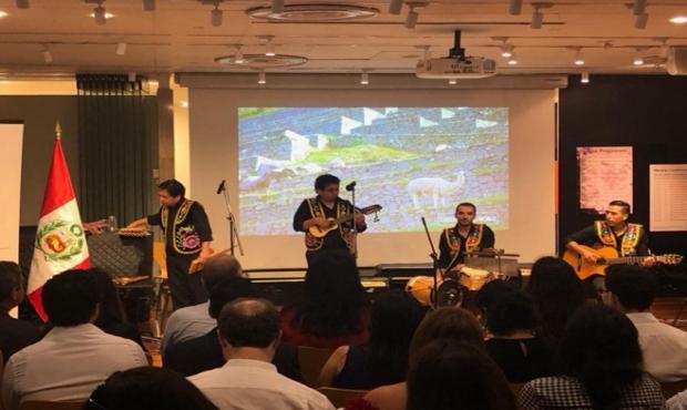 """Grupo """"Apu Inka"""" deleita a Singapur con melodías peruanas"""