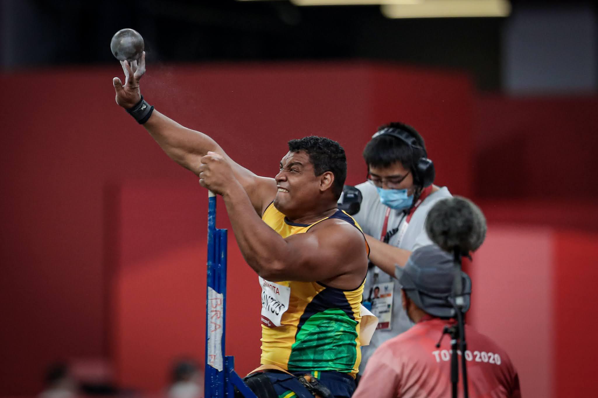 Wallace Santos arremessa o peso durante a final