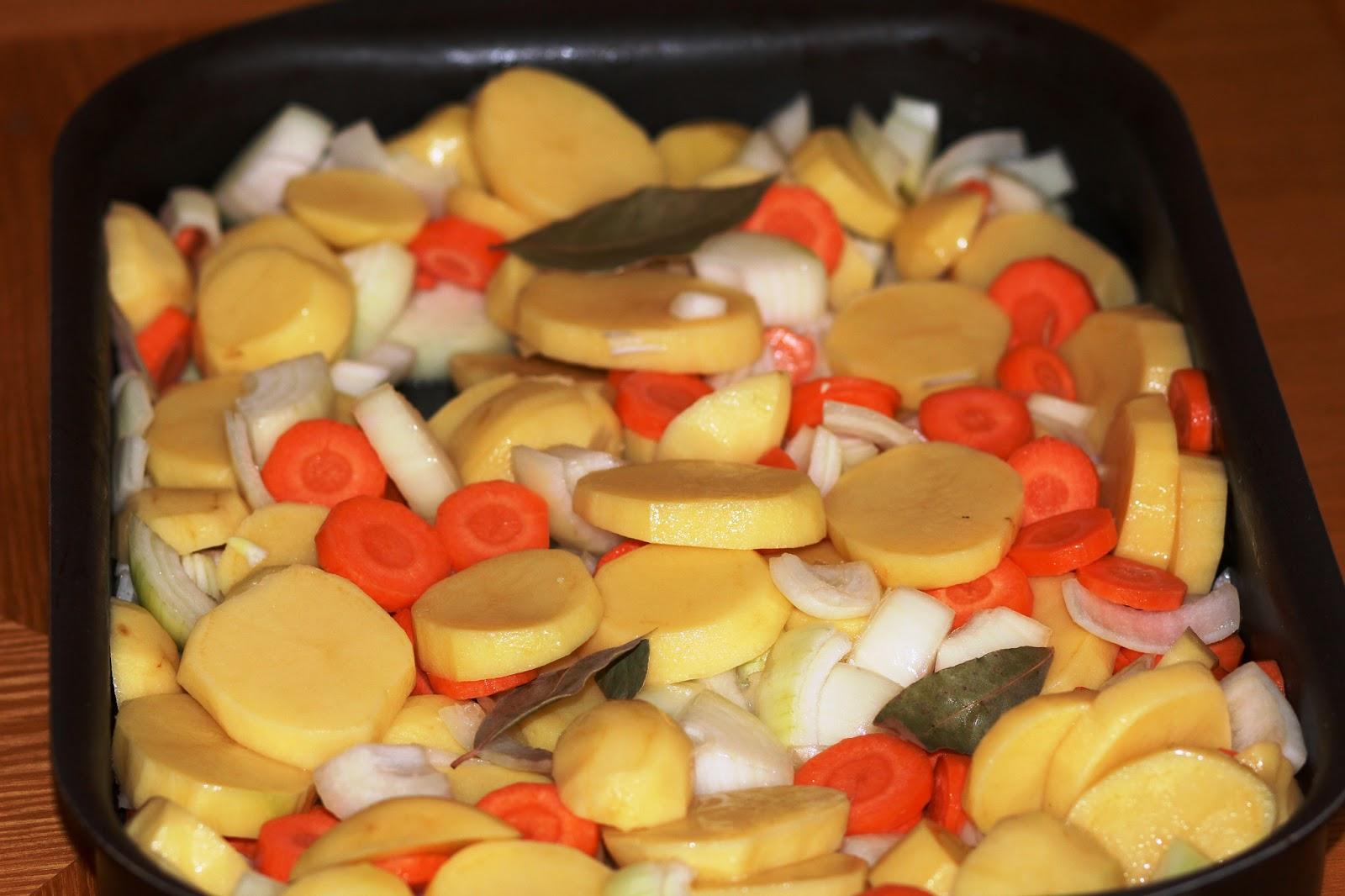 Картошка в духовке с помидорами и луком